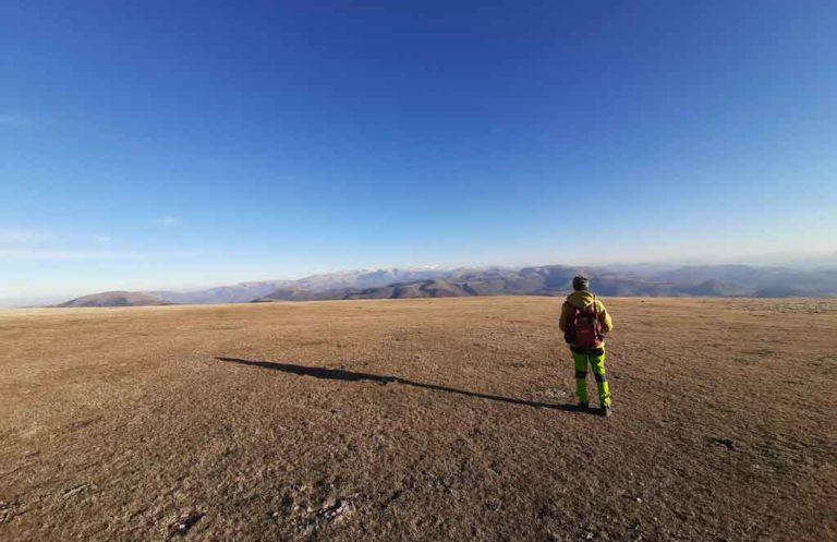 una veduta panoramica dai prati in quota sul Monte Pennino
